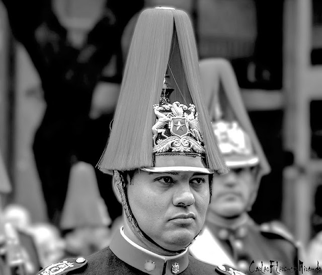 Retrato músico de la Banda del ejercito de Chile con pintoresco casco