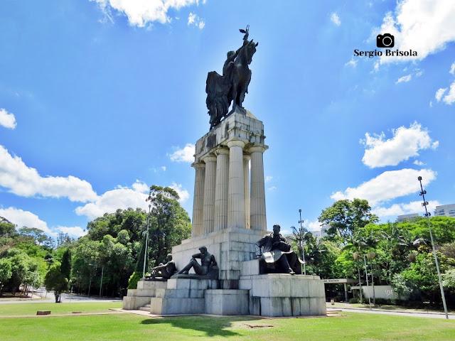 Monumento a Ramos de Azevedo (vista diagonal) - Descubra Sampa