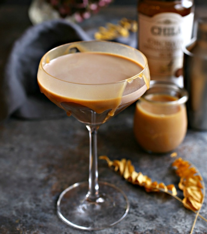 Recipe for a rum cocktail flavored with cocoa, caramel and cinnamon.