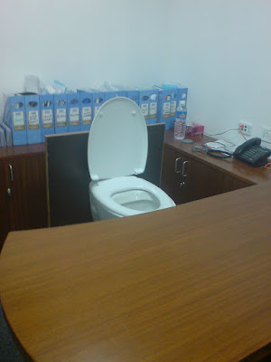 Schreibtisch mit Toilette - Büro lustig