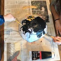 les enfants en train de peindre leur création
