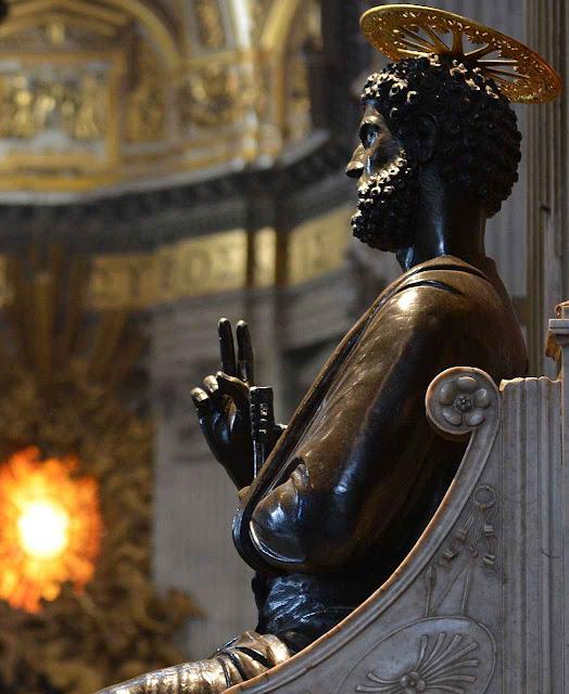 Imagem de bronze de São Pedro na basílica vaticana