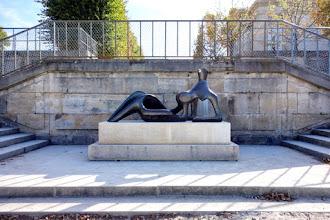 Paris : Reclining Figure, une oeuvre emblématique du sculpteur Henry Moore au Jardin des Tuileries - Ier