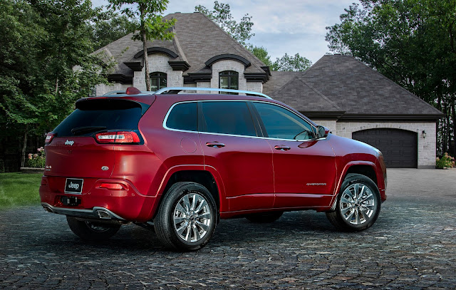 Rear 3/4 view of 2017 Jeep Cherokee Overland