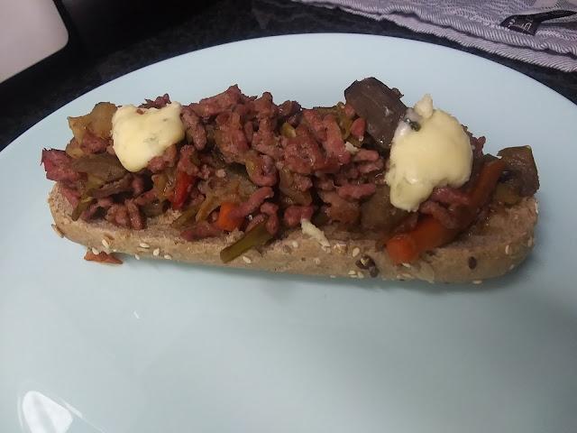 Tostas De Ternera Con Verduras Y Roquefort