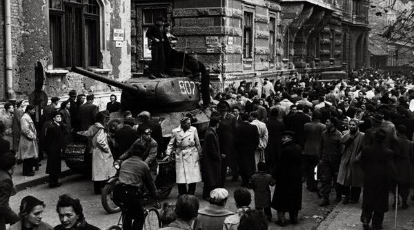 Budapest, 1956: folla e carro armato nella strada.