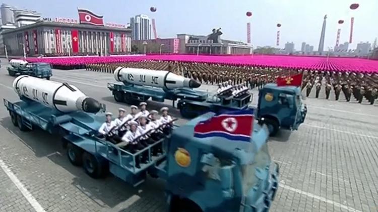 Pionyang presenta su gran poderío militar y por primera vez un misil para submarinos