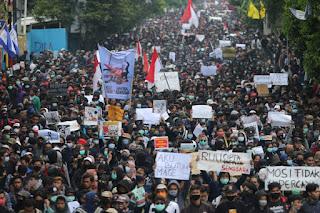 Demo Tolak UU Cipta Kerja Kisruh, Jokowi Didesak Mengundurkan Diri