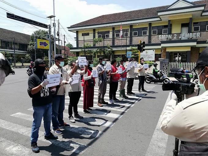 Kampanye Bersama  Lawan  Covid-19, IJTI -PMI Bagikan Masker .