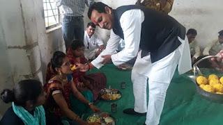 प्रभारी मंत्री ने भगोर में बच्चो के साथ भोजन किया