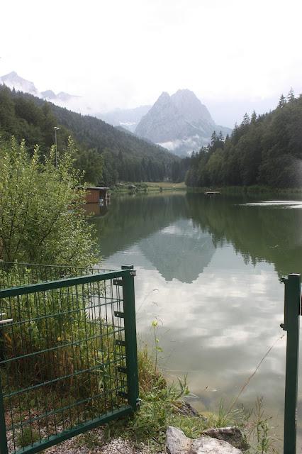 Wettersteingebirge Riessersee nach dem Regen - Hochzeit in Grün und Weiß im Riessersee Hotel Garmisch-Partenkirchen Bayern, Regenhochzeit im Sommer, Wedding Bavaria - wedding green white