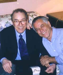 João Gilberto e o crítico musical Nelson Motta, em foto de arquivo — Foto: Acervo Pessoal/BBC