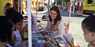 Empréstimo de livros infantins na Barraca do Clube Literário Tamboril