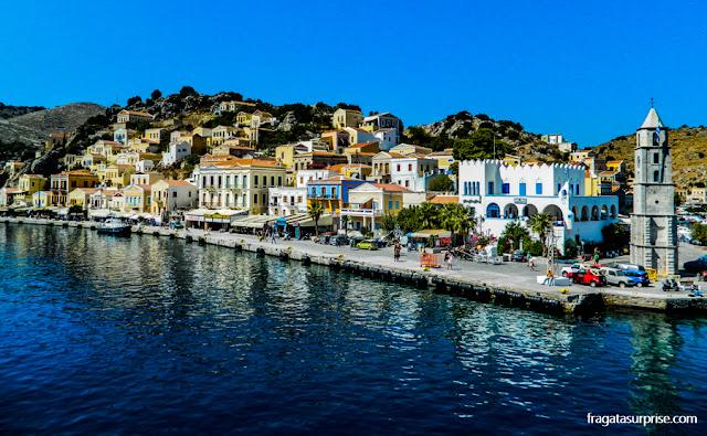 """Vila de Gialós, a """"cidade baixa"""" da ilha grega de Sými, no Dodecaneso"""