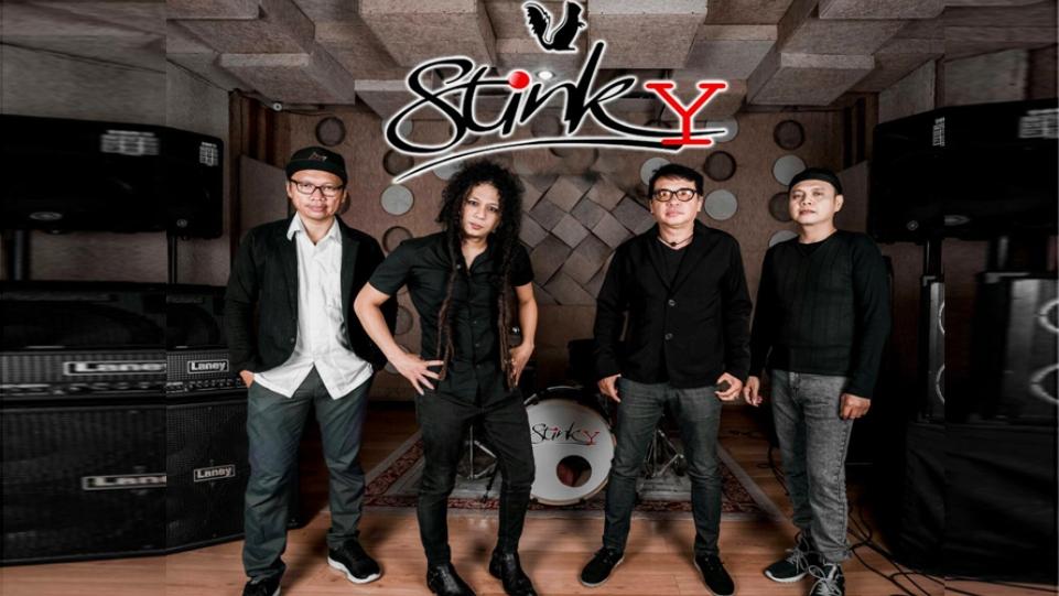 Sampul lagu Sesuatu di Balik Hujan dari Stinky feat Yoda Idol.