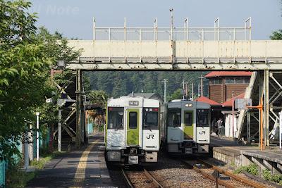 明覚駅で行き違いを行うキハ110系