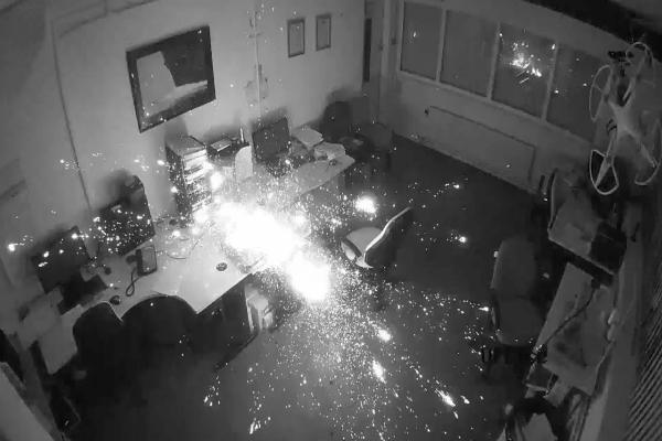 فيديو مروع يكشف لماذا لا يجب ترك الأجهزة الإلكترونية في الشحن ليلا!