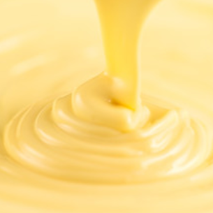 O creme patisserie, ou creme de confeiteiro, é um dos mais usados pela patisserie francesa. Mas ele não é fundamental somente para os confeiteiros da França, mas para os do mundo, pois é um creme utilizado em inúmeras sobremesas, em receitas doces que caíram na simpatia do mundo inteiro. Há versões desse creme, feitas no Brasil, que levam leite condensado, mas a versão original leva apenas leite, gemas de ovo, açúcar, amido de milho e baunilha.
