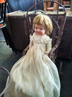 antigua muñeca en su carrito en el desembalaje de antiguedades de arriondas
