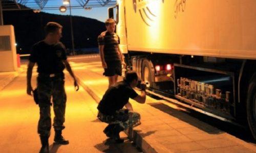 Στη σύλληψη εννέα αλλοδαπών καθώς και του 26χρονου ημεδαπού διακινητή τους, προέβησαν τα στελέχη της Λιμενικής Αρχής Ηγουμενίτσας.
