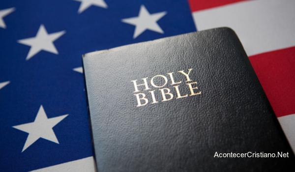 La Biblia con la bandera de Estados Unidos