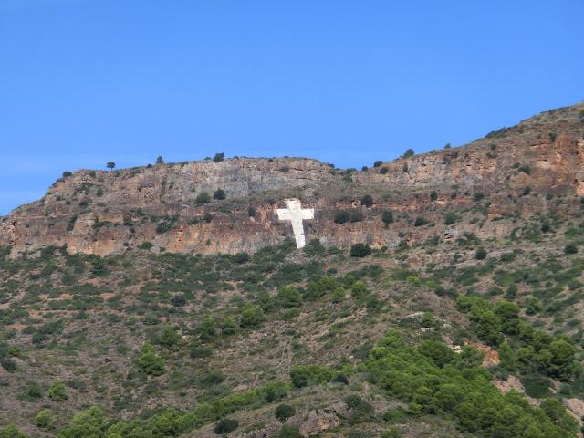 cruz de torres torres pintada en la roca vista desde la salida de quart de les valls