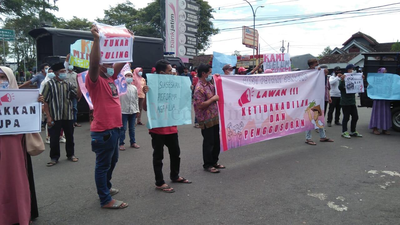 Petani Senduro Datangi DPRD Lumajang Menolak 'Tukar Guling'
