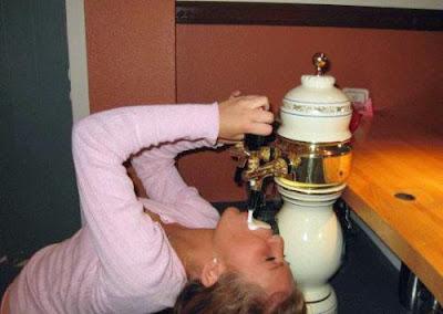 Frau aus Zapfhahn Bier saufen lustig