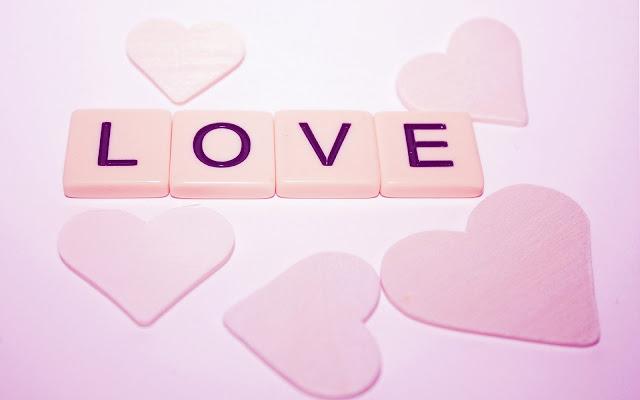 Roze hartjes in de letters love