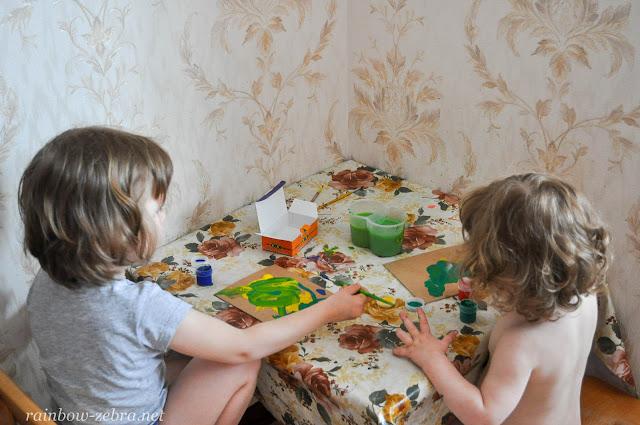 Девочки рисуют фон для поделок