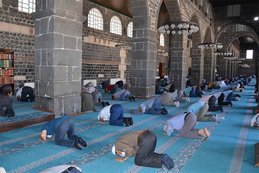 Diyarbakırlılar aylar sonra camide cemaatle vakit namazı kılmanın sevincini yaşadı