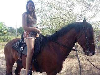Jovem no cavalo