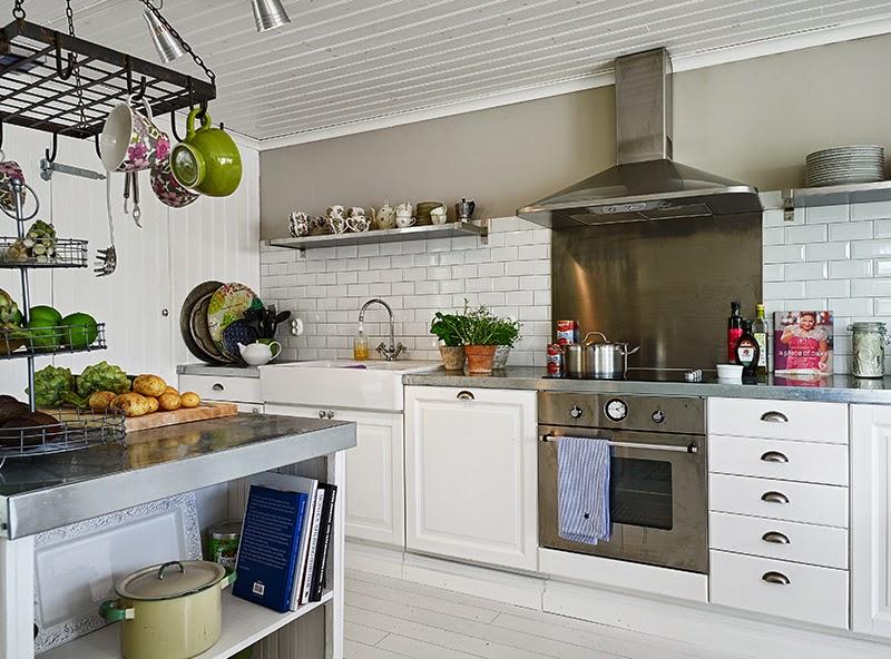 Biały, drewniany domek, wystrój wnętrz, wnętrza, urządzanie domu, dekoracje wnętrz, aranżacja wnętrz, inspiracje wnętrz,interior design , dom i wnętrze, aranżacja mieszkania, modne wnętrza, vintage, shabby chic, białe wnętrza, biała kuchnia, kuchnia, kitchen, skandynawska kuchnia