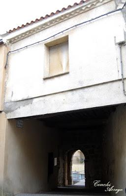 El postigo de Santa Maria, sobre el cual existen edificaciones y ha quedado como un pasaje, ofrece en el interior un espacio de descanso y observación de la villa amurallada desde una maqueta allí instalada