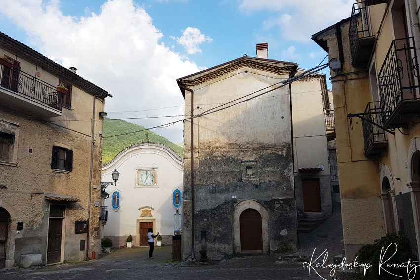Castrovalva  — bajkowe miejsce na urwisku skalnym w Abruzji.