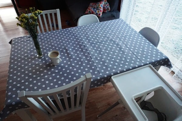 rodzinna jadalnia - wspólne posiłki przy dużym stole