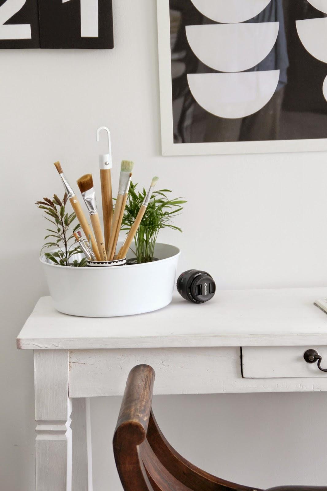Hervorragend Ansicht Des Schreibtischs Mit Blumenampel Bittergurka Von Ikea Als  Pinselaufbewahrung