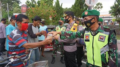 Sinergisitas TNI-Polri Purbalingga MembagikanTakjil dan Masker