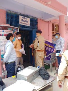 उरई में बैंक चेकिंग कर सोशल डिस्टेंसिंग बनाए रखने हेतु जागरूक किया आवश्यक दिशा-निर्देश दिए -अपर पुलिस अधीक्षक जालौन              संवाददाता, Journalist Anil Prabhakar.                 www.upviral24.in