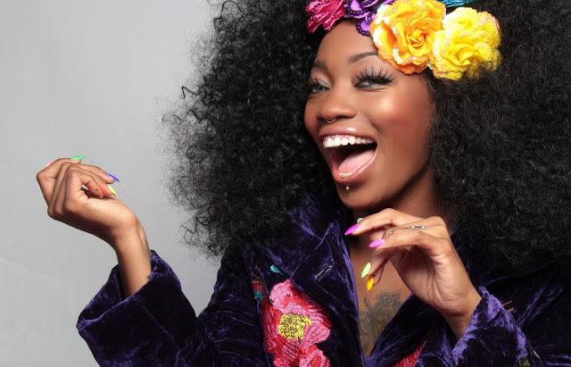 hermosa mujer de raza negra sonriendole a la camara