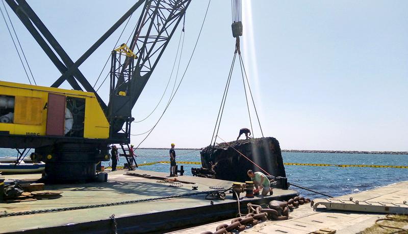 Ξεκίνησε η ανέλκυση του ναυαγίου της βυθοκόρου «Όλγα» στο λιμάνι της Αλεξανδρούπολης