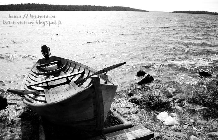 kommammaa vene mökki kuusamo soutuvene mustavalko järvimaisema