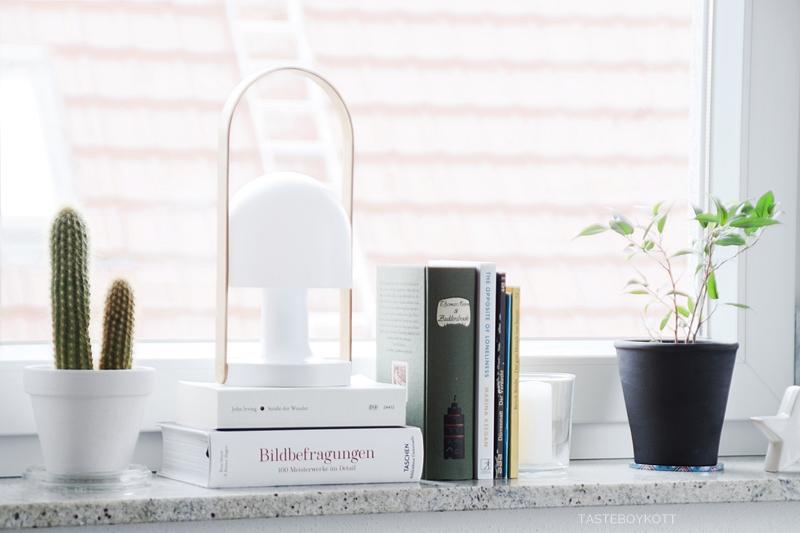 Fensterbank dekorieren skandinavisch moderner Look schwarz-weiß-bunt. Tischleuchte, Zimmerpflanzen, Bücher wohnen, einrichten günstig reduziert stilvoll. Tasteboykott Blog