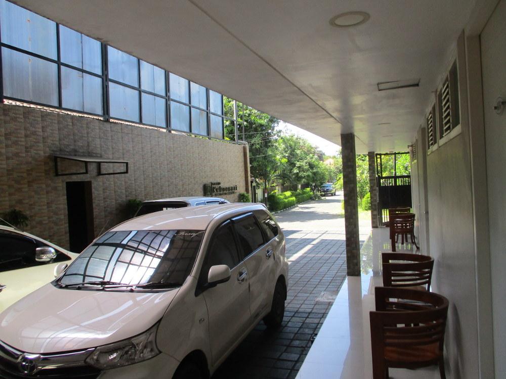 Area Parkir Grand Kebonsari Guest House & Homestay Syariah Surabaya