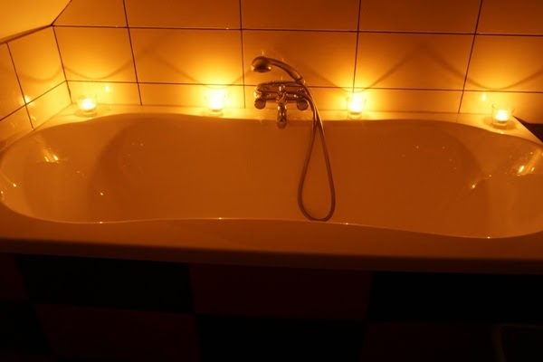 wanna, romantyczna kąpiel, prezent na urodziny, świece