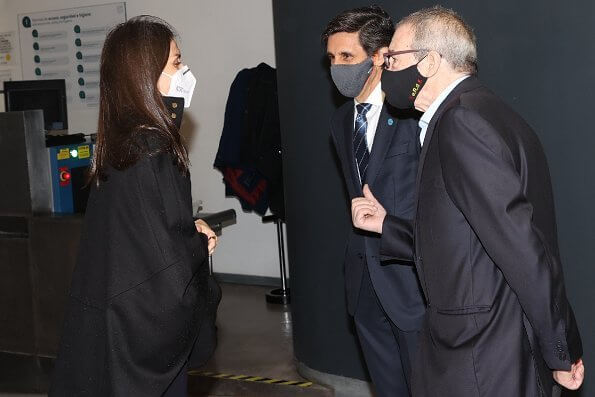 Queen Letizia wore a black capina poncho cape from Hugo Boss, and draped-neck ribbed wool dress from Cos. Steve Madden boots and Burberry belt