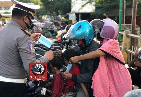 Antisipasi Penularan Virus Covid-19, Kasat Lantas Bone Bagi Bagi Masker dan Nasi Dos Pada Pengguna Jalan