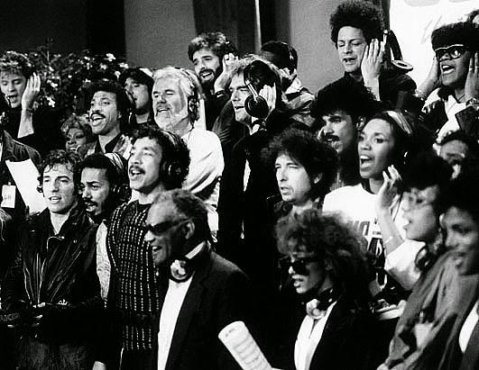 """Os maiores artistas da pop dos EUA unidos na gravação do single """"We Are the World"""""""