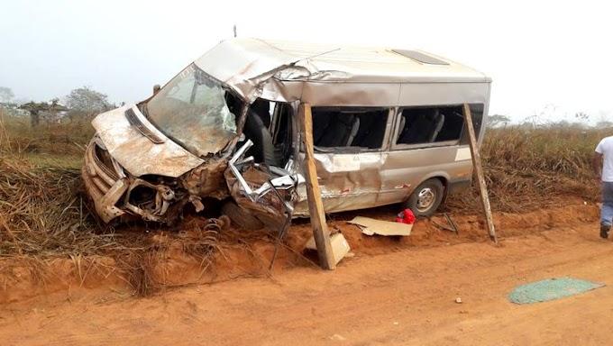 Van cheia de alunos colide em caminhão; há vitimas presas as ferragens