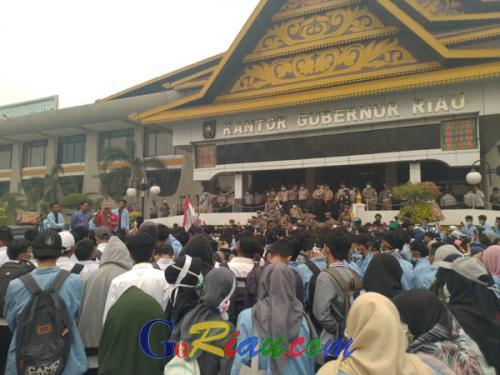 Ratusan Mahasiswa Unri Geruduk Kantor Gubernur Riau Minta Kebijakan Pemerintah Terkait Asap di Riau